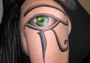 עין מצרית הורוס על כתף