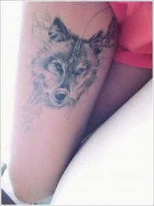 קעקוע זאב על הירך
