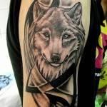קעקוע זאב בשילוב טרייבל