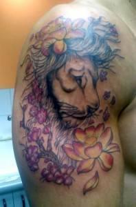 אריה בשילוב פרחים לזרוע