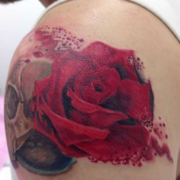 קעקוע ורד אדום בכתף