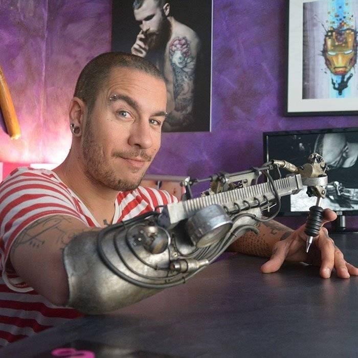 אמן קעקועים שאיבד את ידו מקבל את פרוטזת מכונת הקעקועים הראשונה בעולם